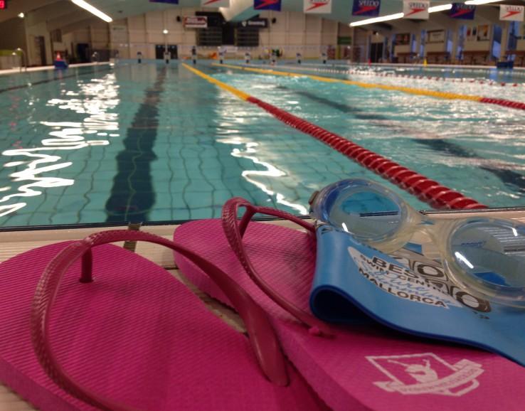 Blauwe verleiding aan de zwembadrand