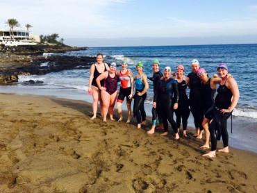 De groep op het strand