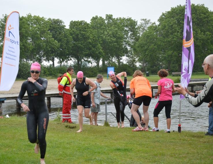 Zwemsters komen uit het water in Nijeveen