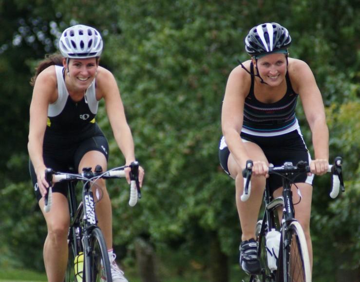 Twee fietsende deelneemsters