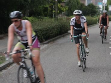 Deelneemsters op de fiets in Beest (2015)