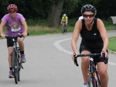 Deelneemsters onderweg op de fiets