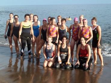 Groep bij het zwemmen op Lanzarote