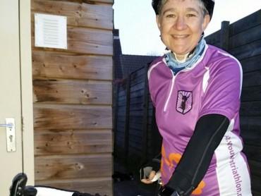 Wilma, in Vrouwentriathlon-wielershirt, met racefiets