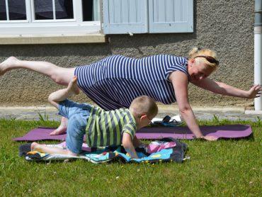 NIenke en haar zoon doen de superman