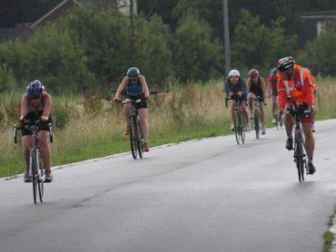 Jury fietst langs deelneemsters