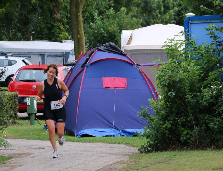 Hardlopen tussen de tenten door