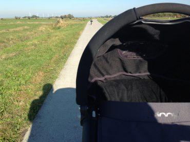 Nienke wandelt met twee kids