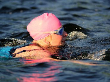 Nienke zwemt met roze badmuts