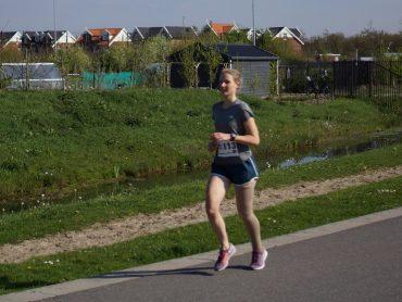 Marthe loopt met steunkous