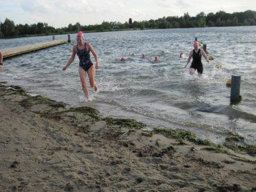 Deelneemsters komen uit het water