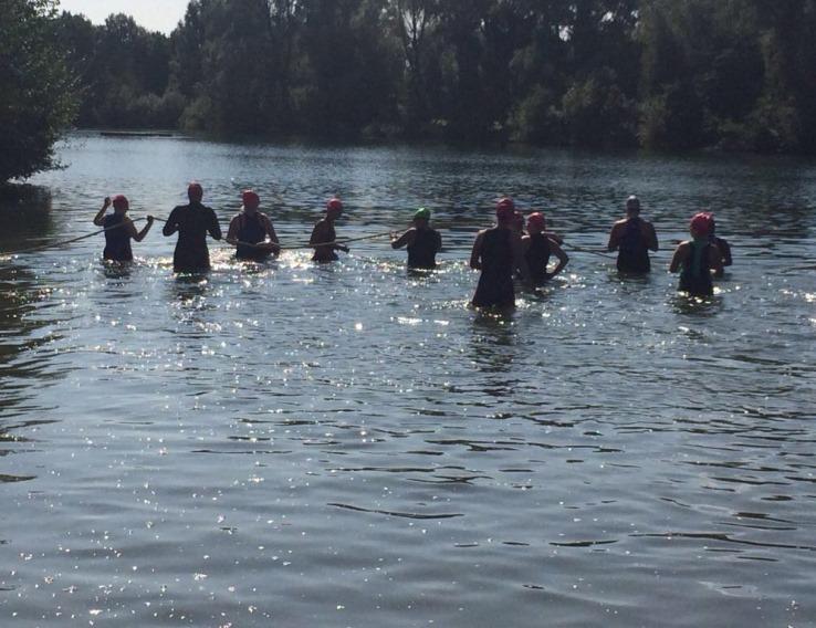Deelneemsters gaan het water in