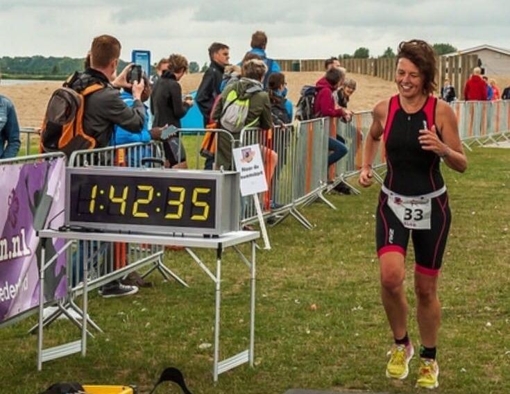 Edine bij de finishklok (1:42:35)