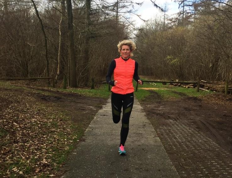 Debbie aan het hardlopen in een winteres bos